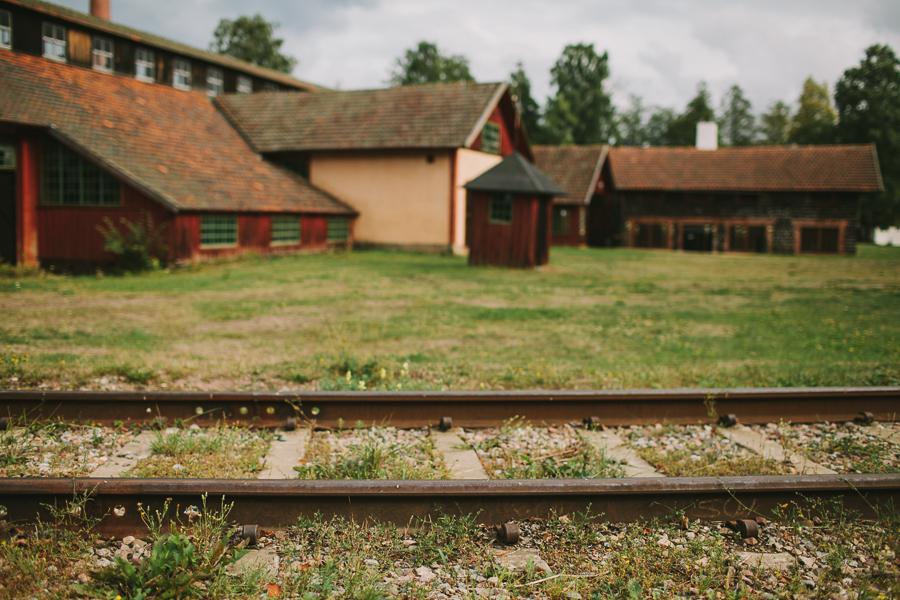 Gamla järnvägsspår som leder till smedjan