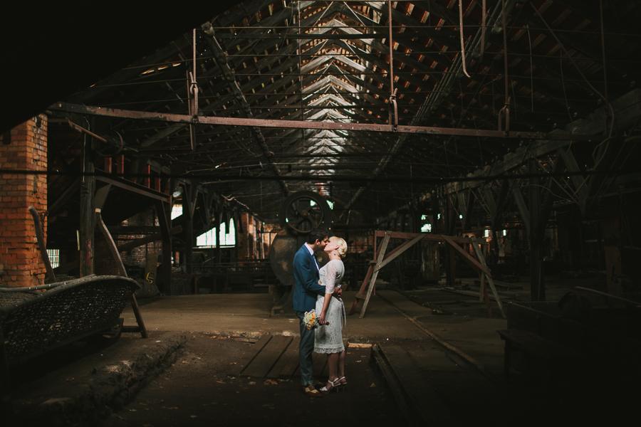 Brudpar kysser varandra i smedjan