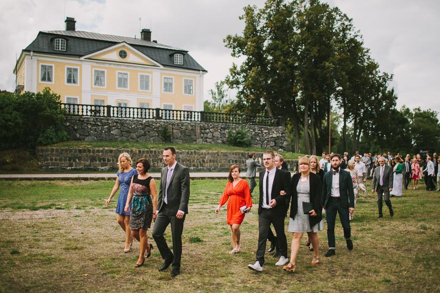Gäster på väg till vigsel