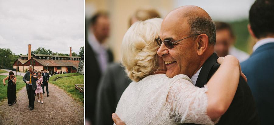 Bruden får kram av svärfar