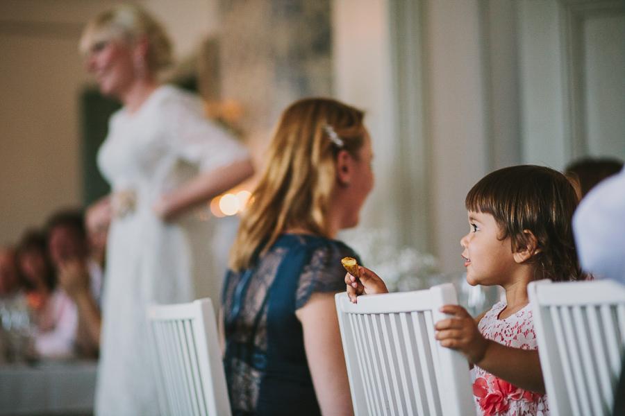 Flicka på bröllopsmiddag