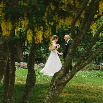 skärgårdsbröllop Dalarö porträtt i kyrkans trädgrd