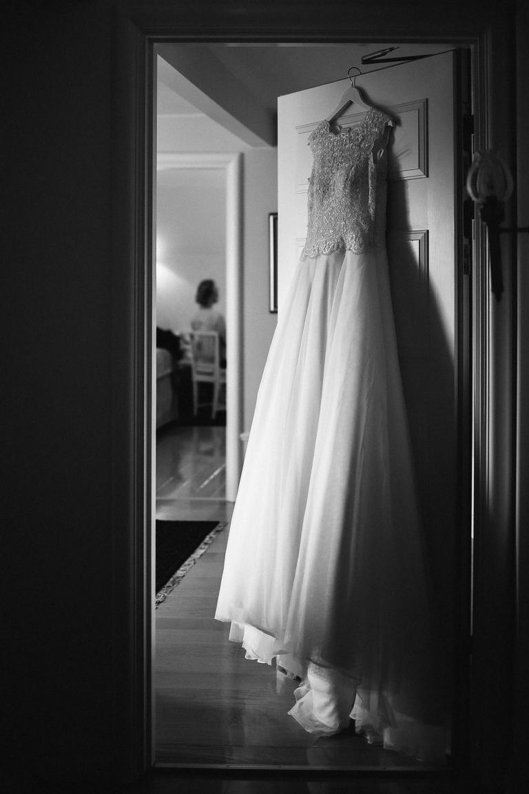 Brudklänning hänger i dörren