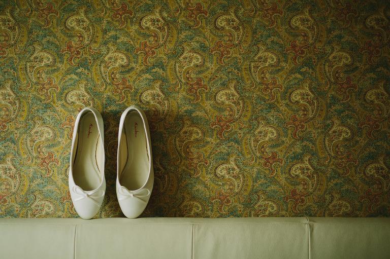 brudens skor mot gammal mönstertapet