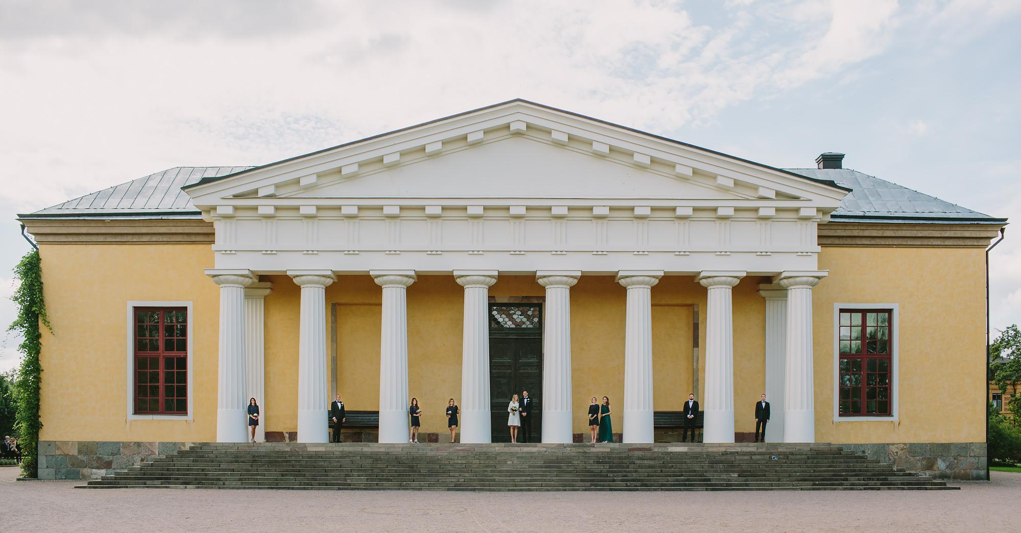 Bröllopsfotograf Uppsala Gruppbild vid orangeriet i slottsträd