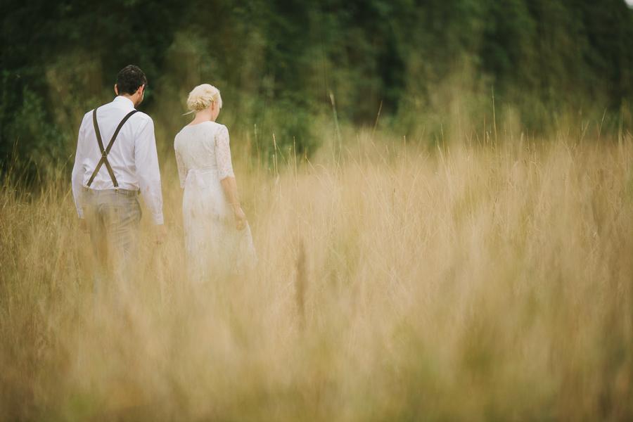 Brudpar i gräset