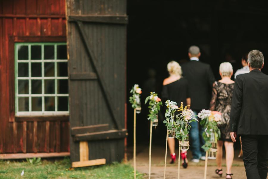 Gäster går in i smedjan inför vigseln