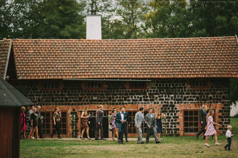 Bröllopsgäster på väg upp till herrgården
