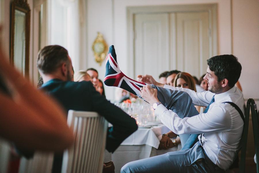 Brudgummen visar sina Union Jack strumpor
