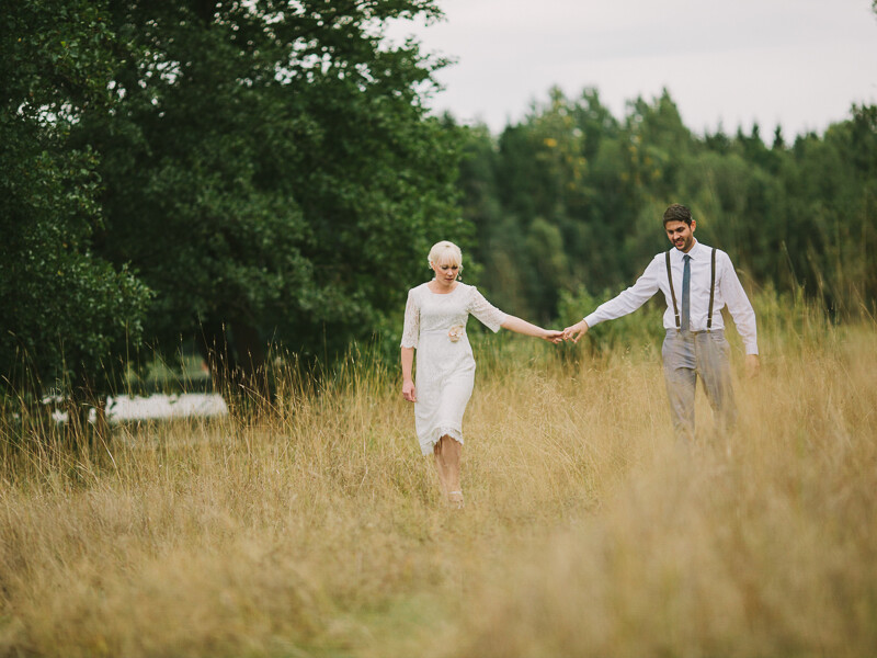 Bröllopsfotograf Västerås Brudpar på ängen