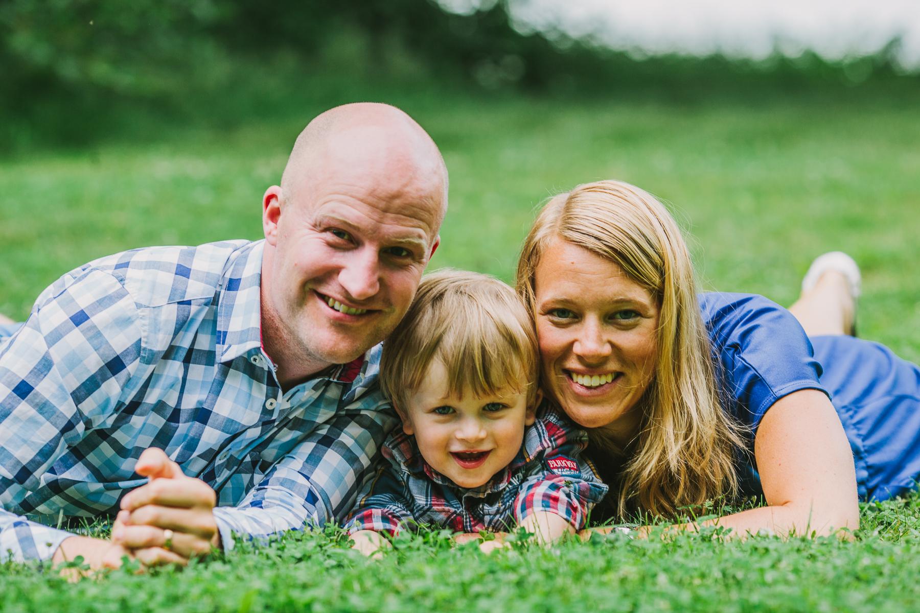 Familjen Wikner i gräset