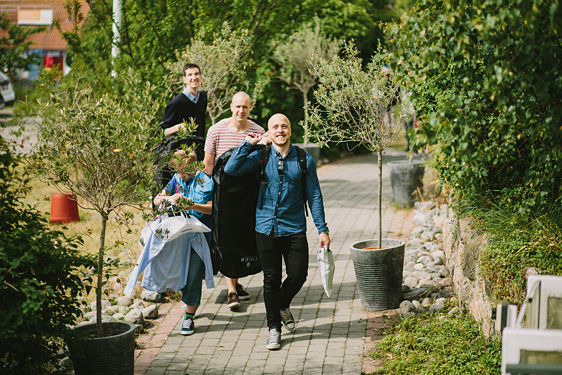 brudgummen anländer till hotellet