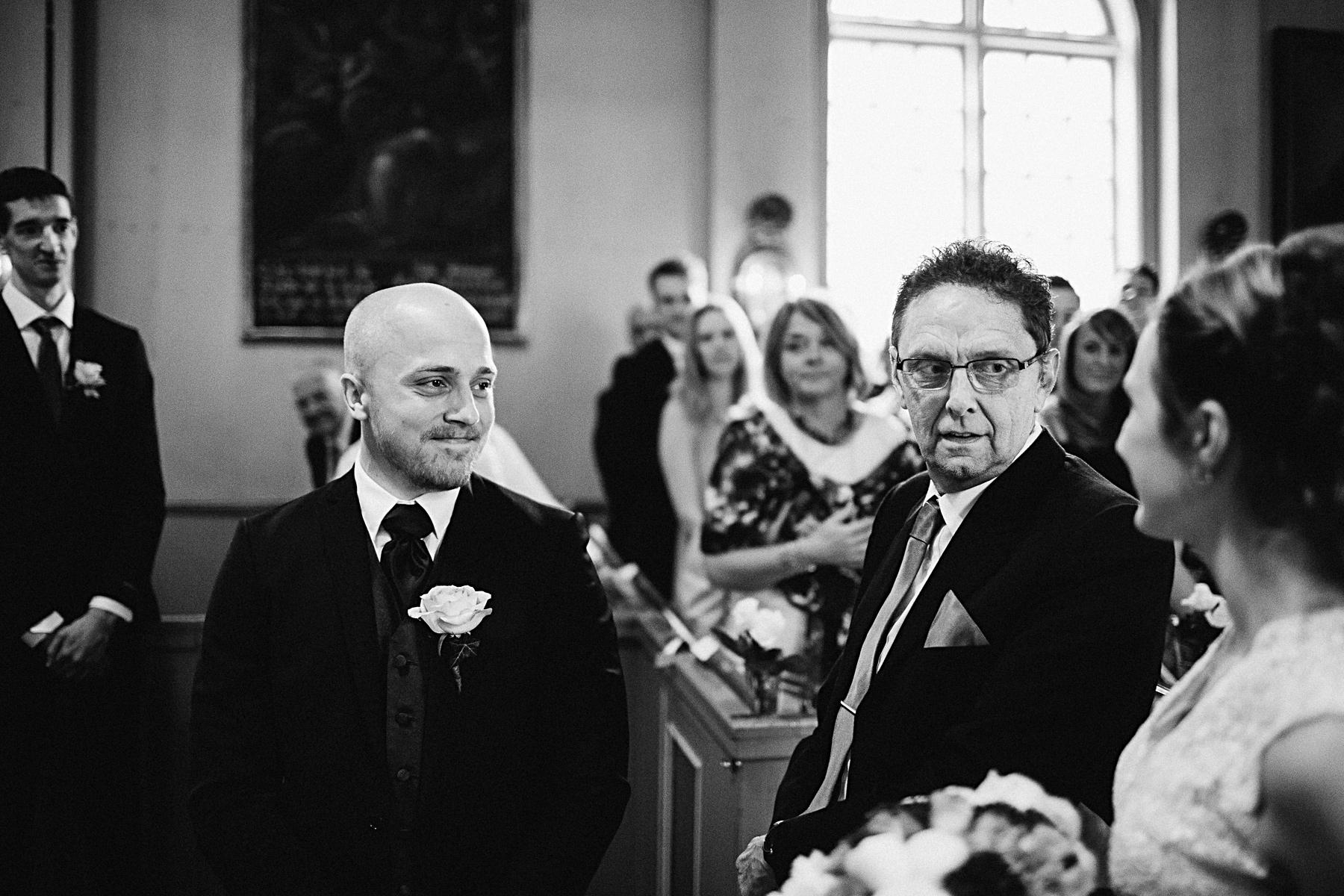 brudgummen m ter bruden i kyrkan