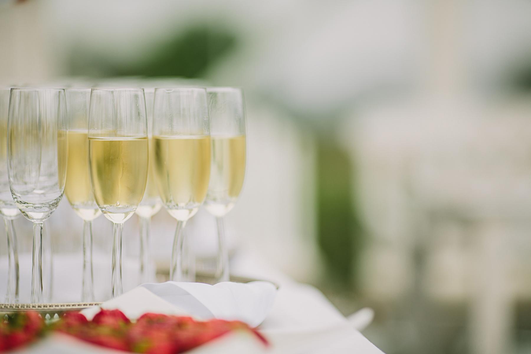champagneglas och jordgubbar