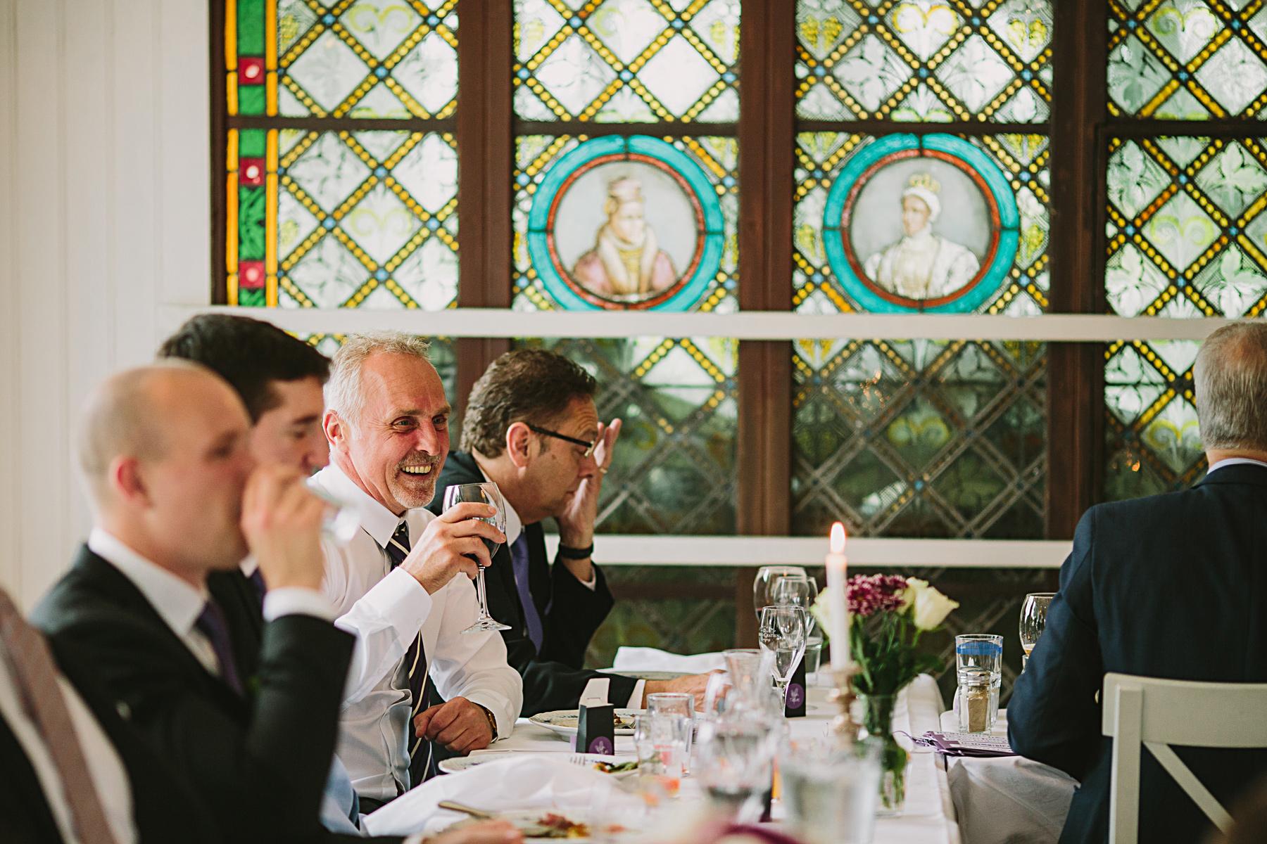 brudgummens far skrattar