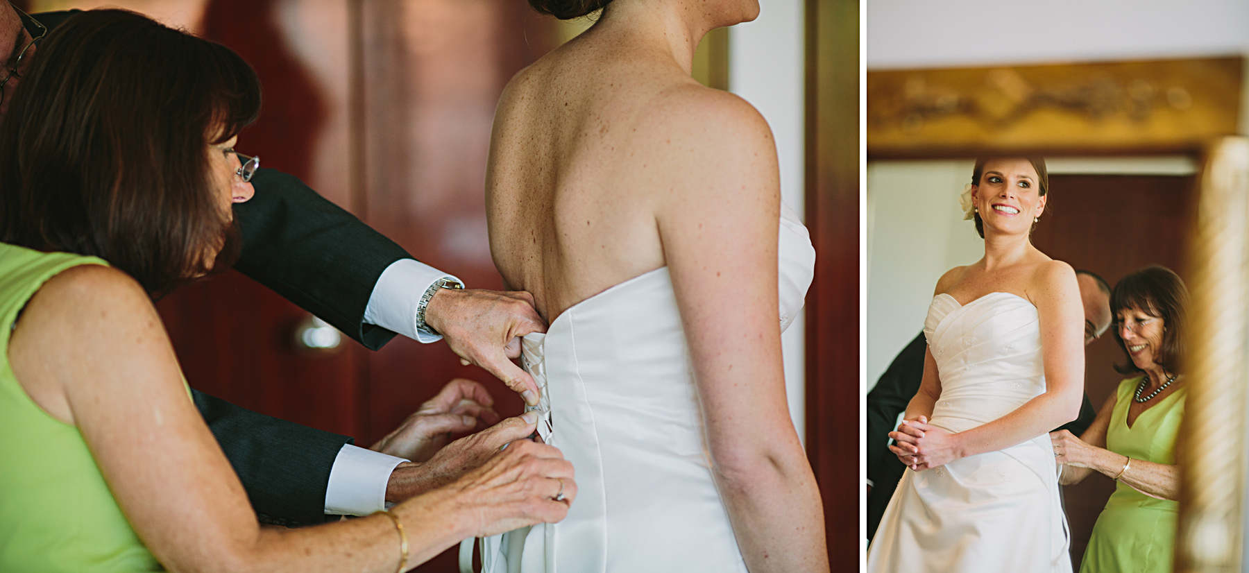 föräldrar hjälper bruden klä p sig klänningen
