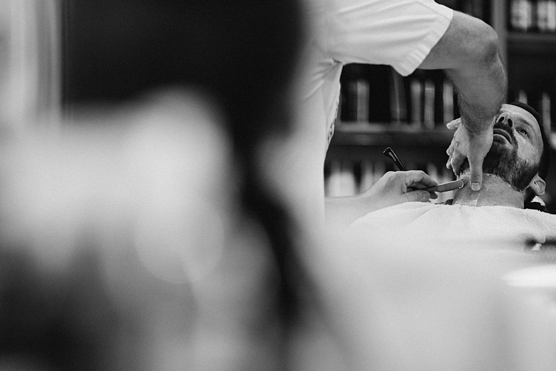 brudgum snyggar till sig inför bröllop
