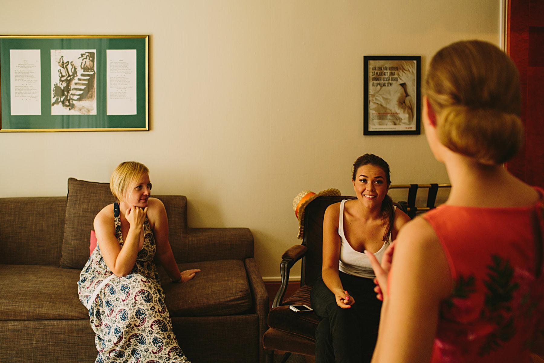 bruden med vänner på hotellrummet