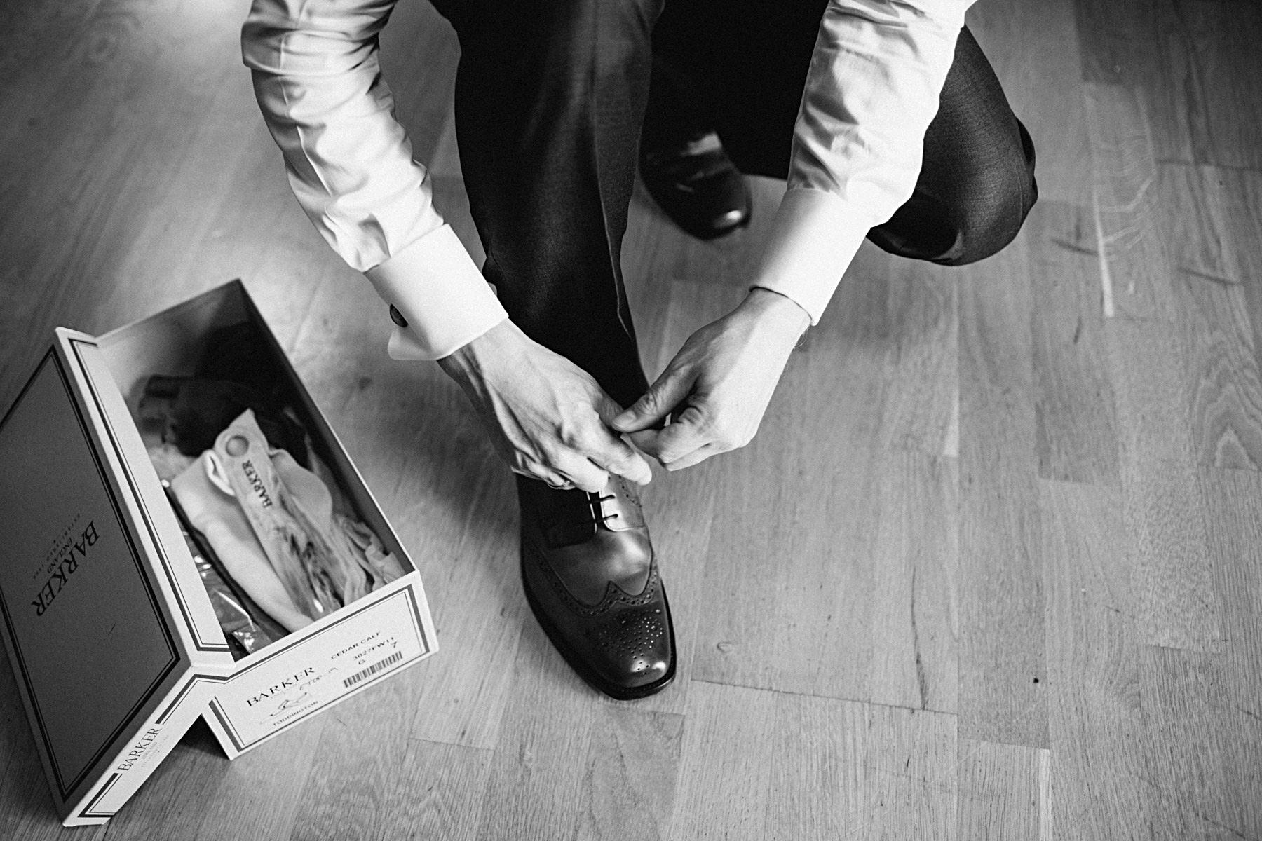 brudgum knyter skorna från barker