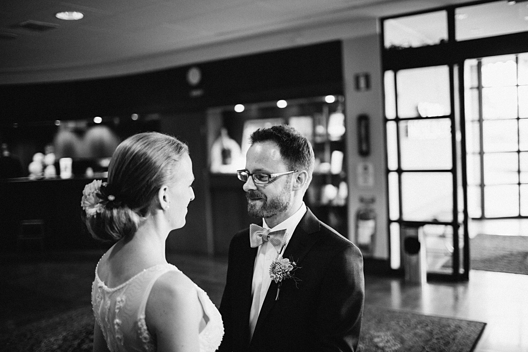 brud och brudgum möts innan vigsel