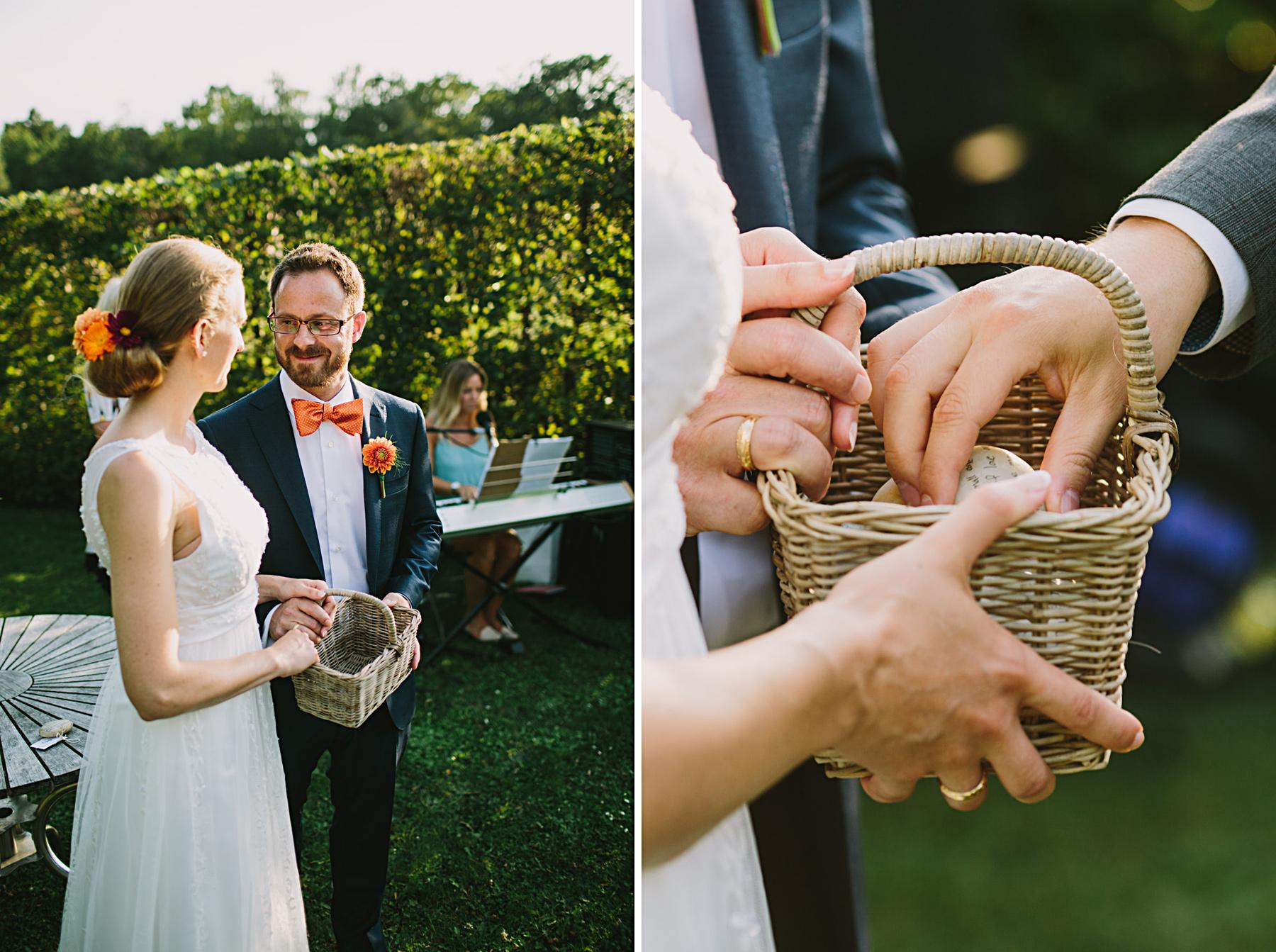 brudparet tar emot stenar med bröllopsråden på