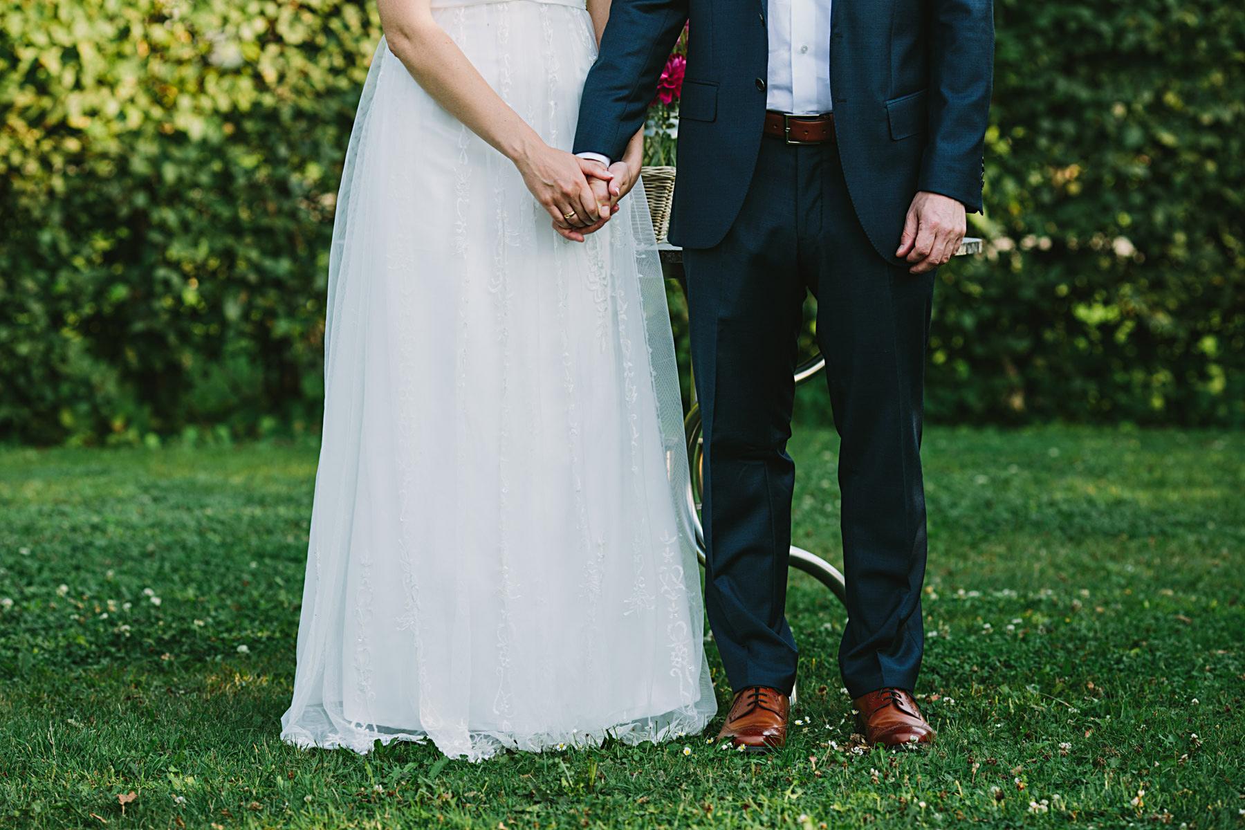 brudparet håller händerna