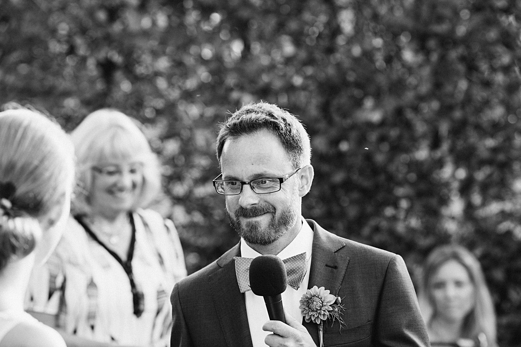 brudgum läser text till bruden