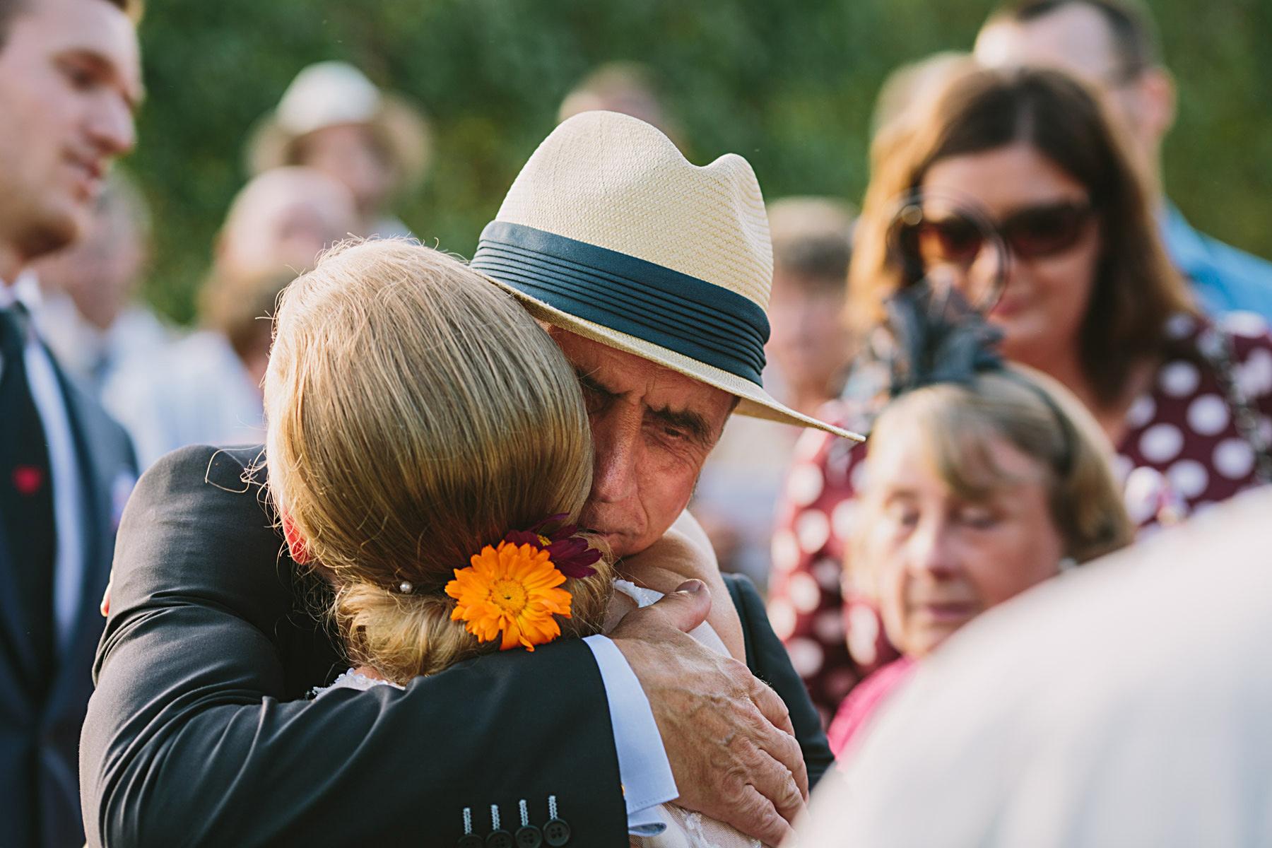 bruden får en kram av svärfar