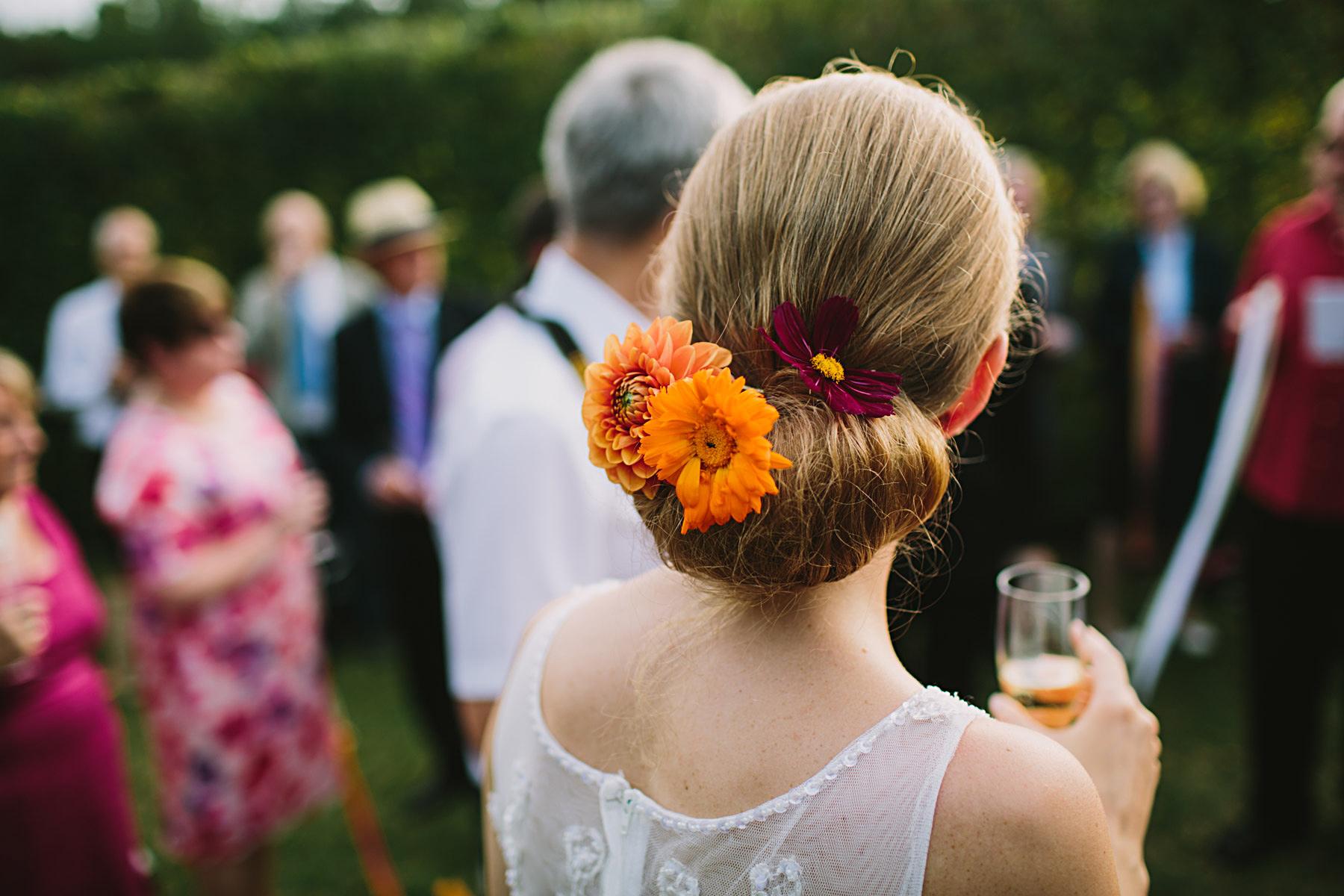 brudens blommor i håret