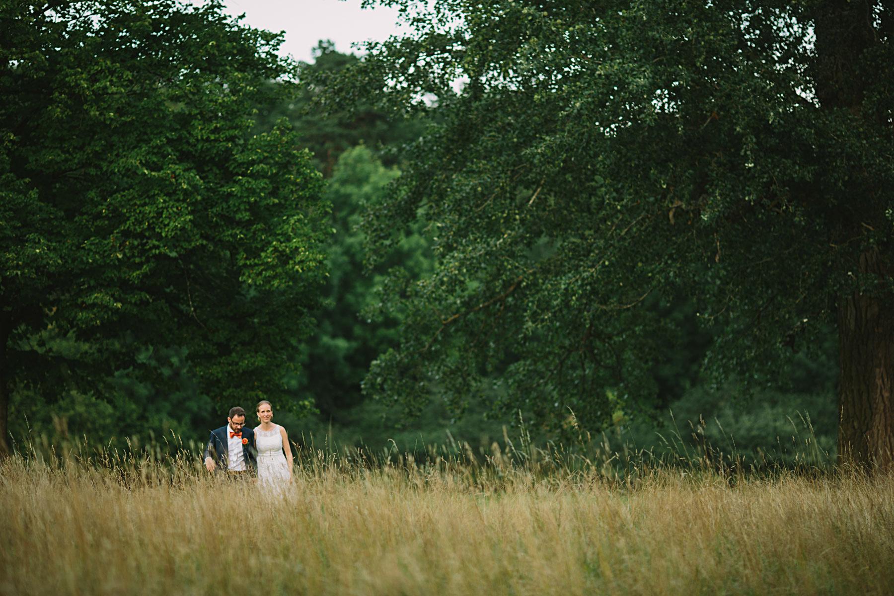 bröllopsfotograf rosendals trädgård brudparet ute och går i gräset