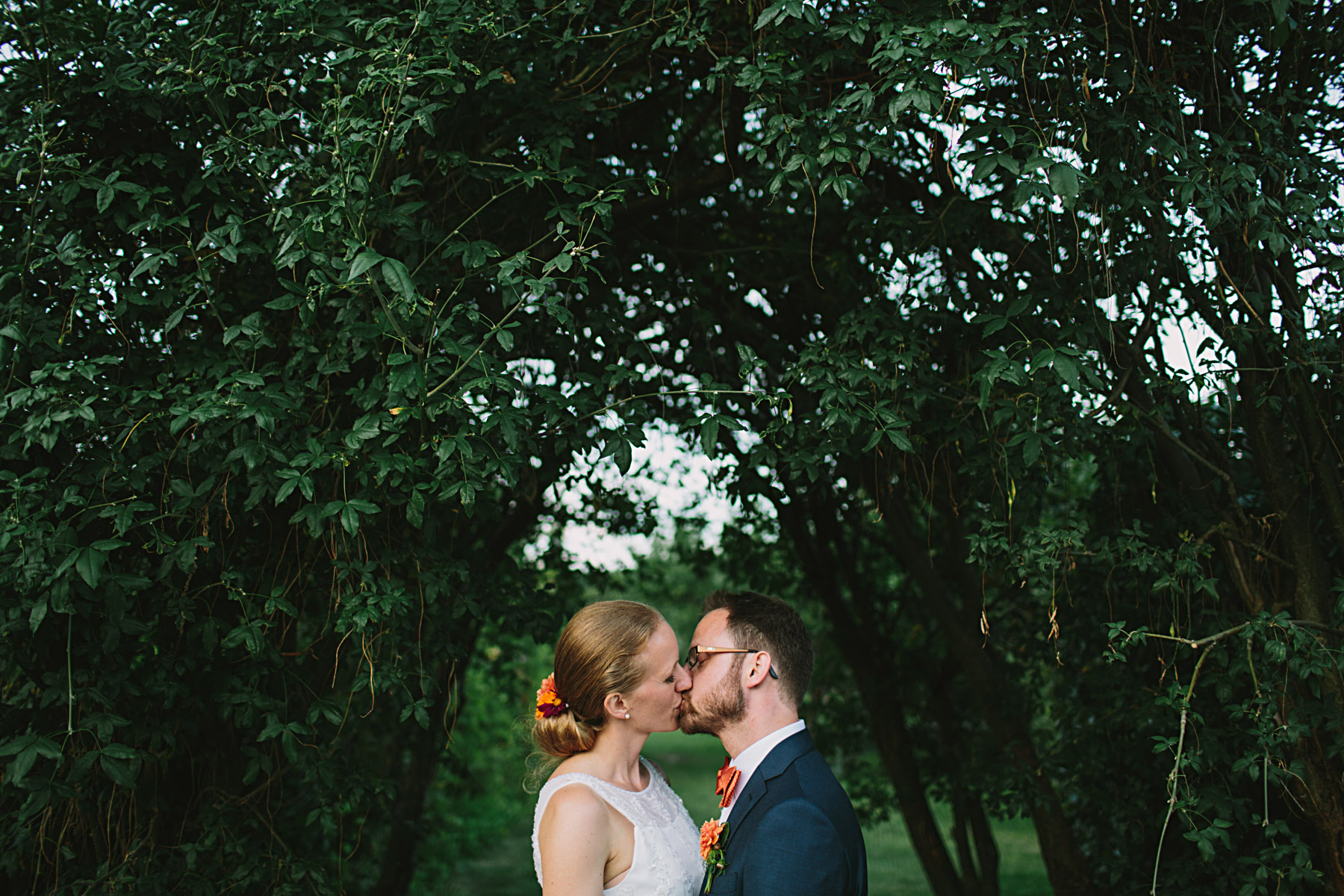 brudparet kysser varandra