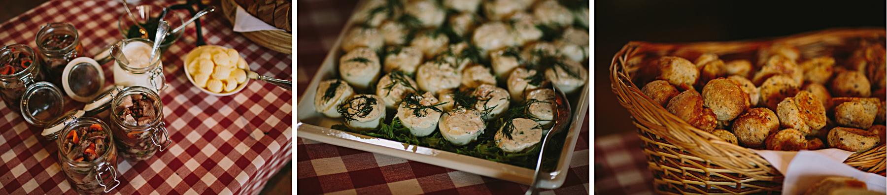 sill potatis ägg och bröd på midsommarbordet