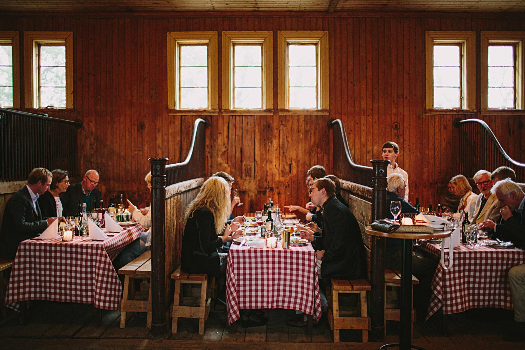 uppdukat för middag i hästboxarna