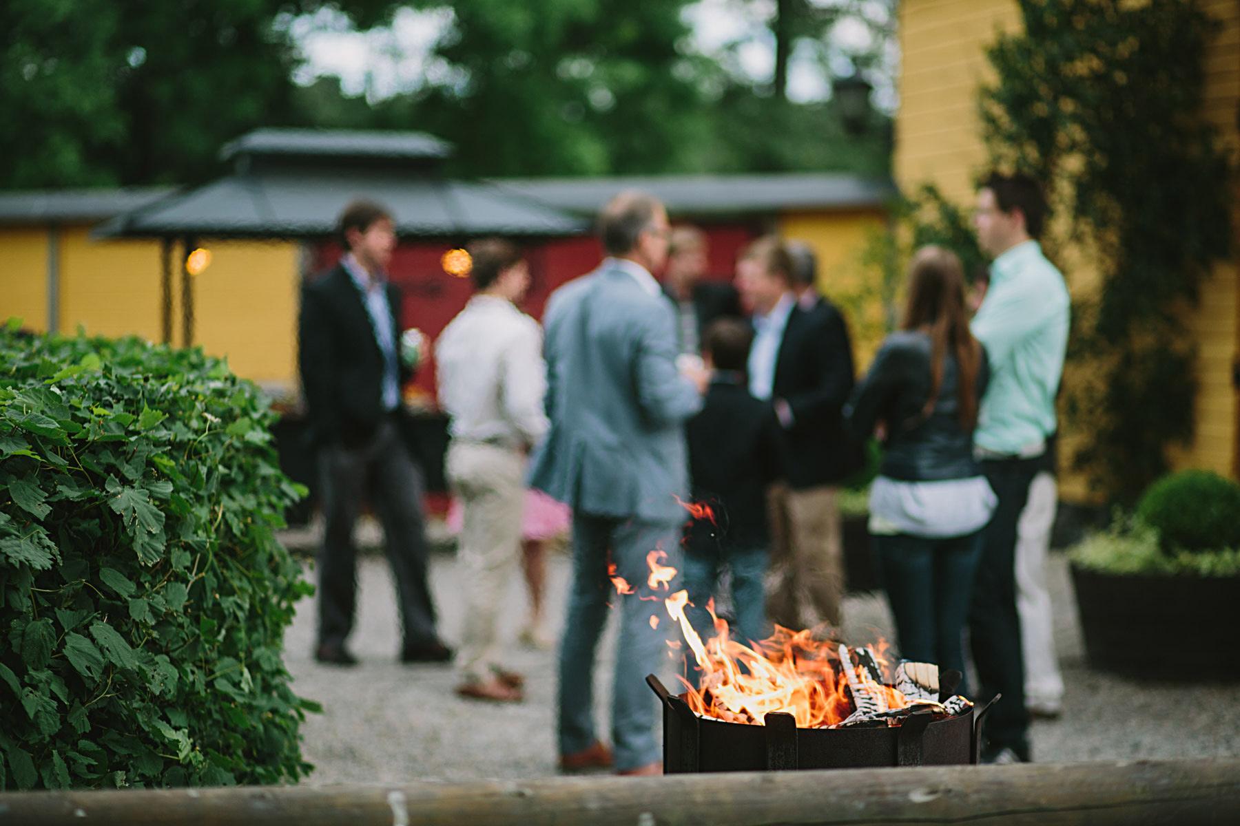 elden haller gästerna varma