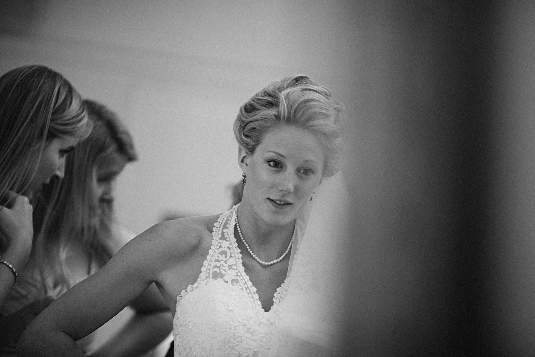 Bruden tar på sig klänningen