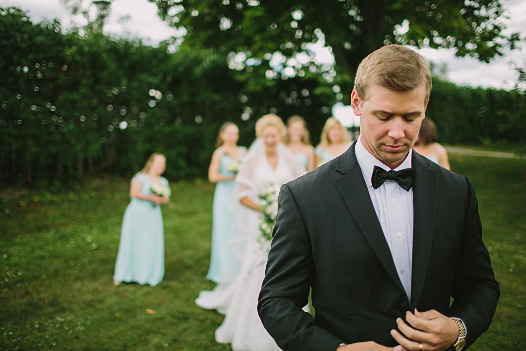 Brudgum vänter på att få se bruden
