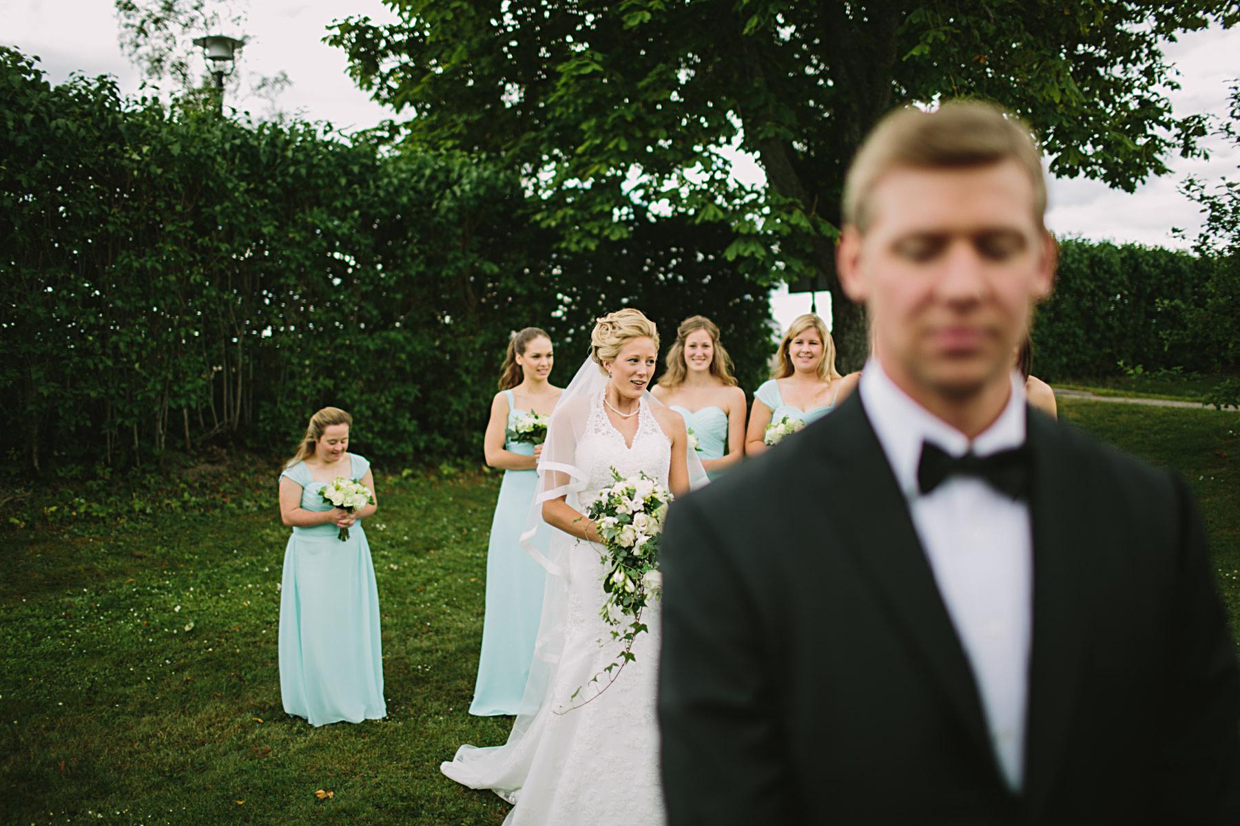 Bruden smyger upp bakom brudgu