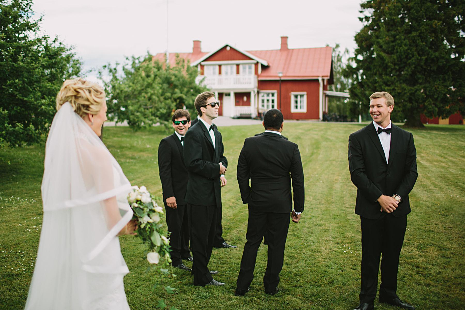 brudgummen ser bruden för första gången