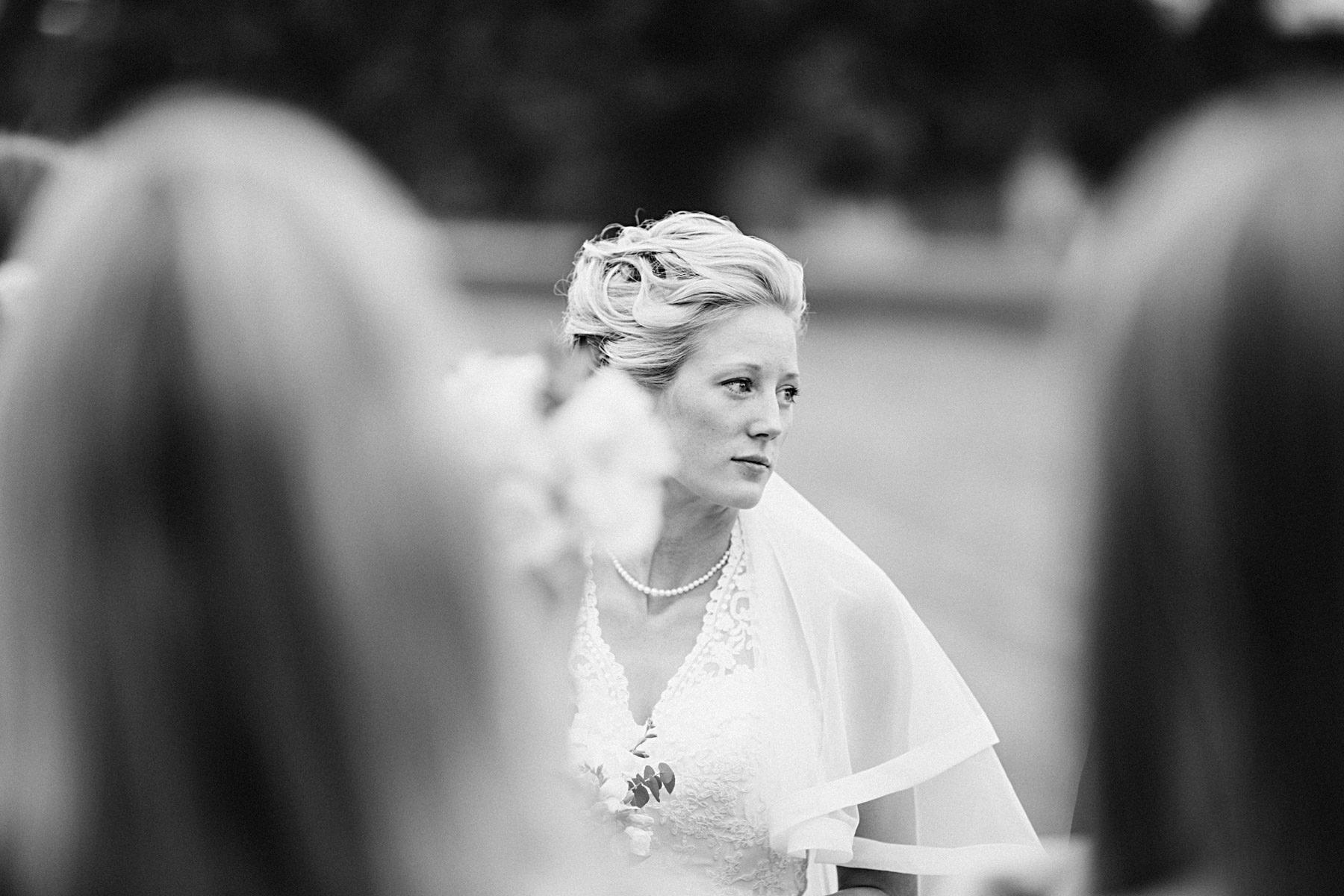 Bruden funderar på vigseln