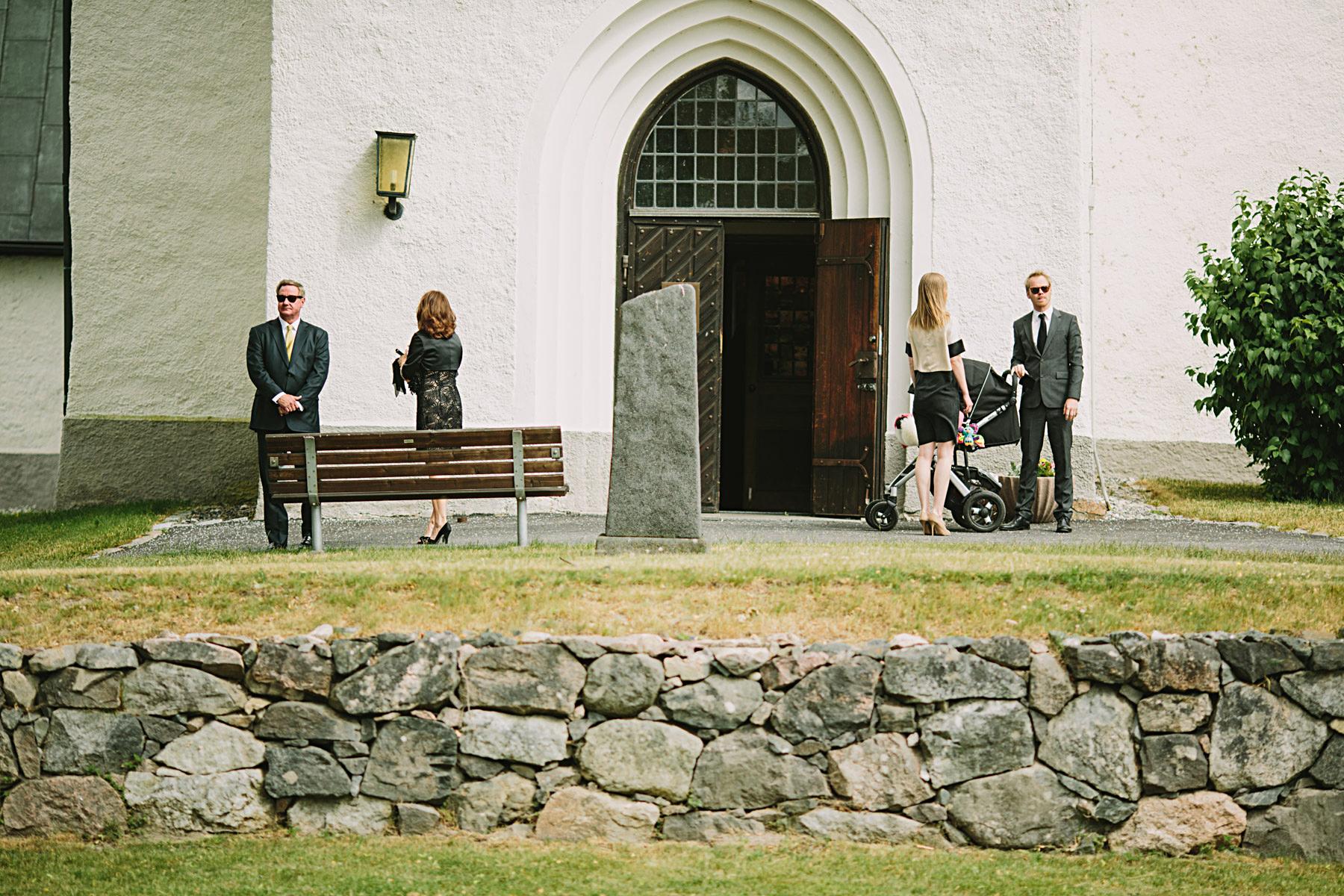 Gäster anländer till Frustuna Kyrka