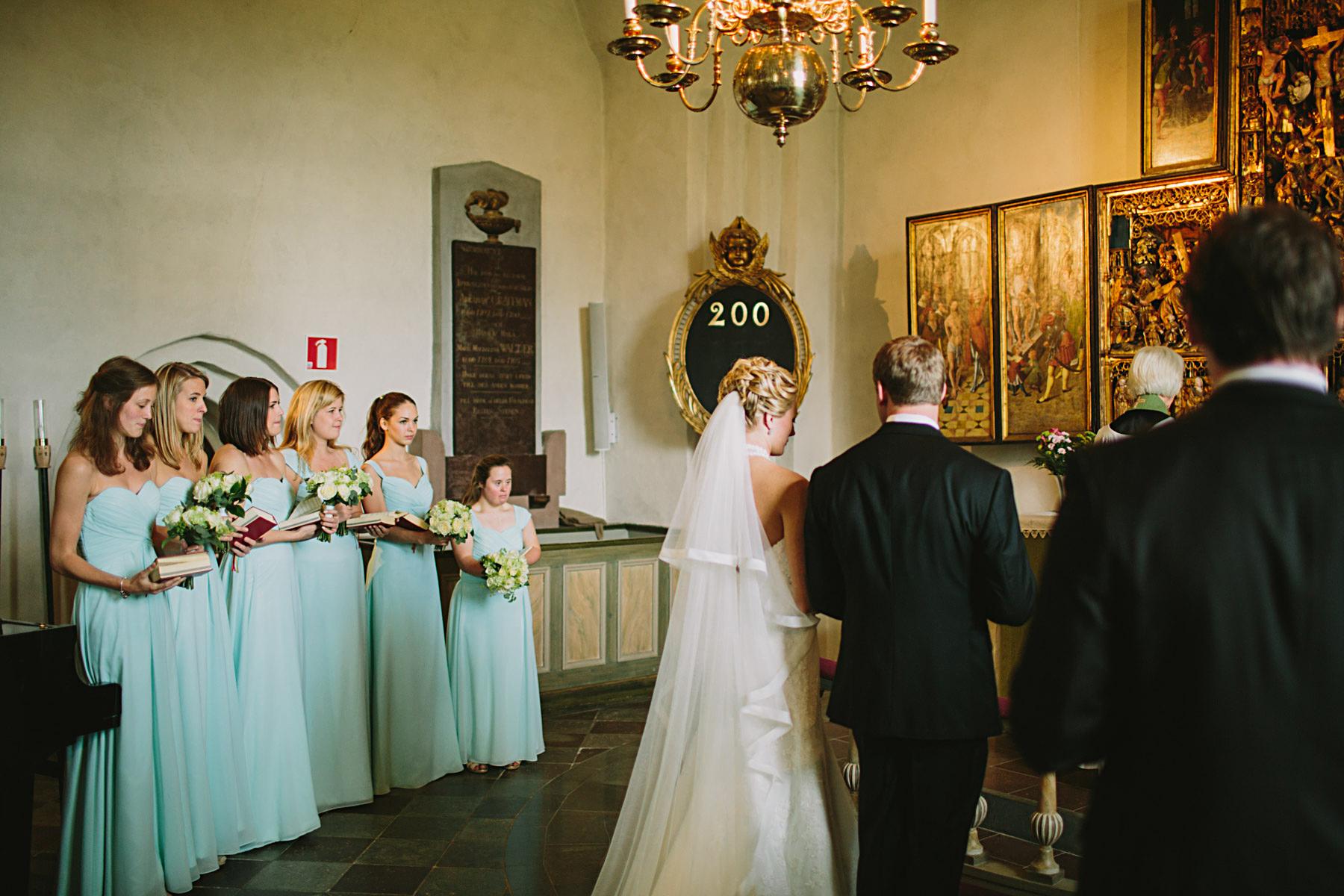 Brudparet framme vid altaret