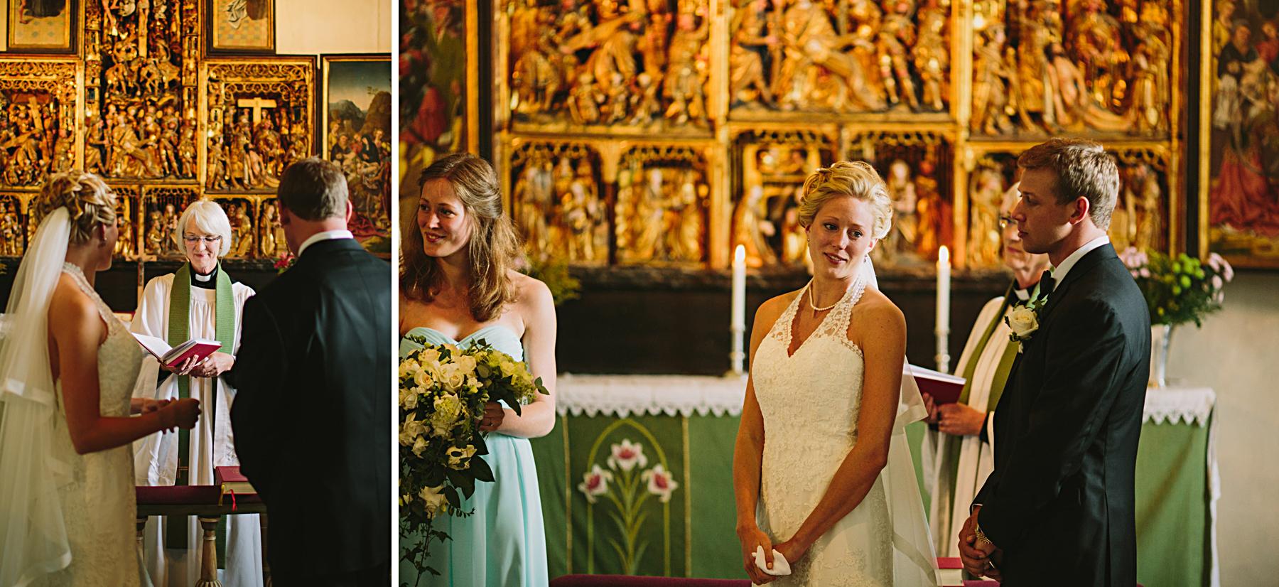 Bruden blir rörd under vigsel i kyrkan