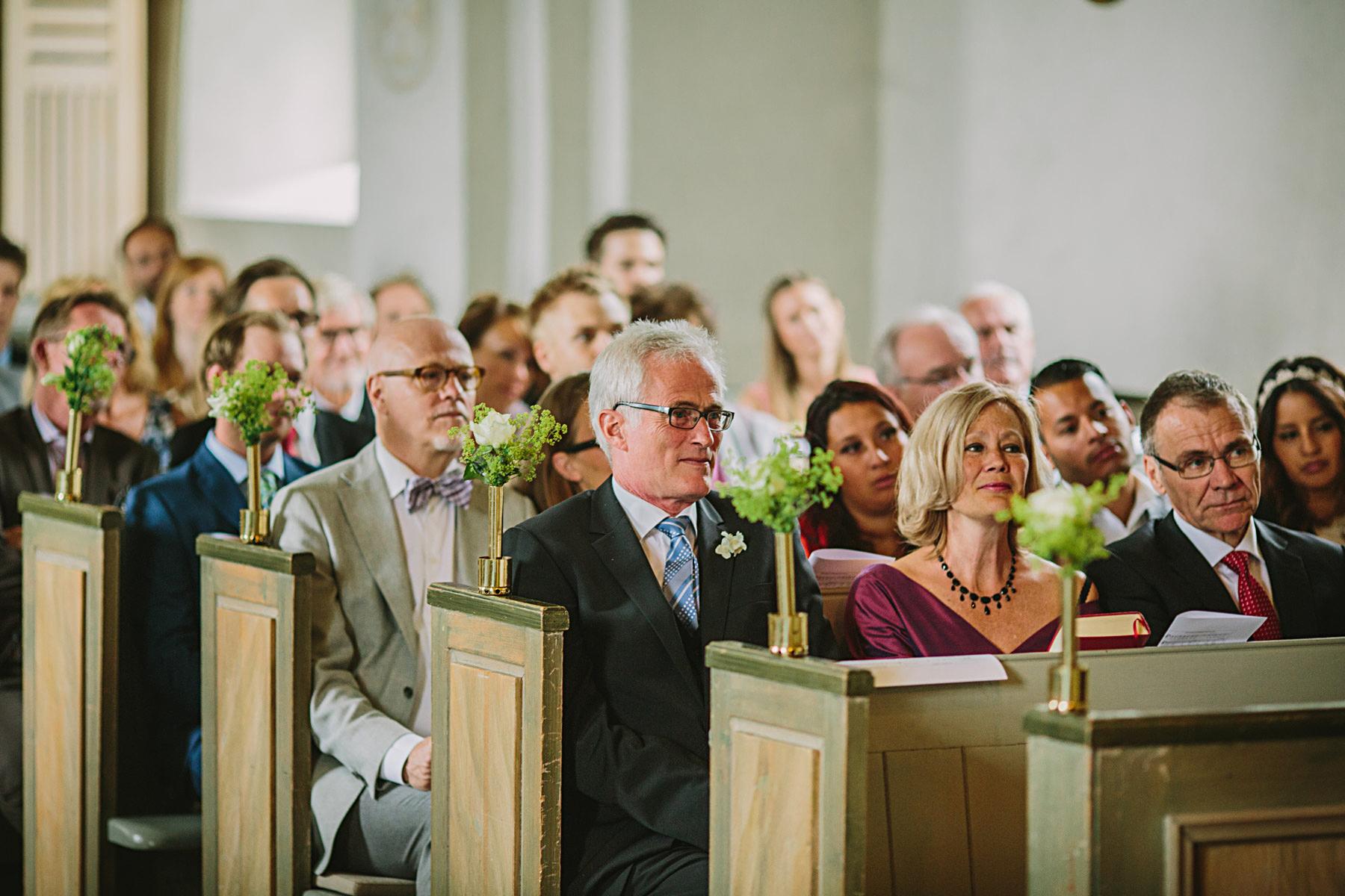 Brudens föräldrar i kyrkan