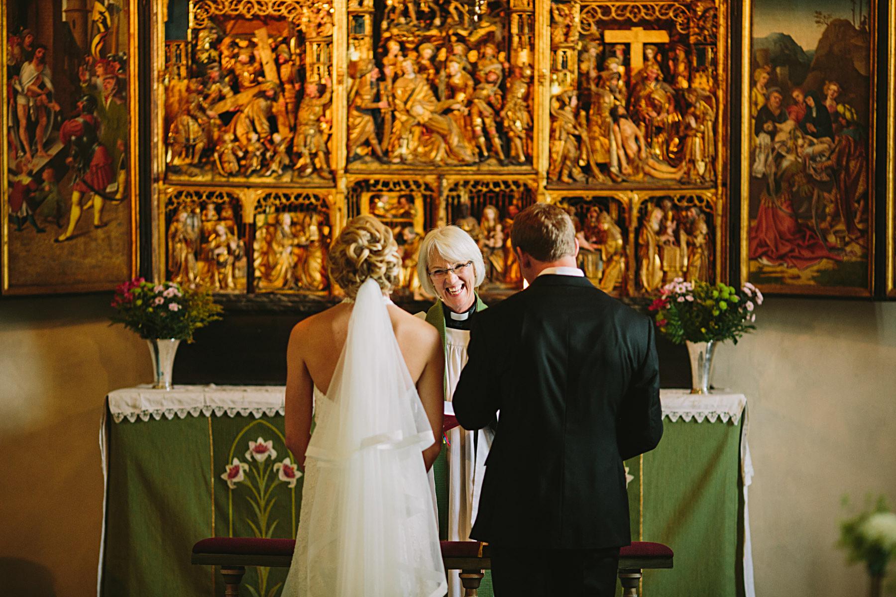 Blombuketter under bröllop och vigsel i kyrkan