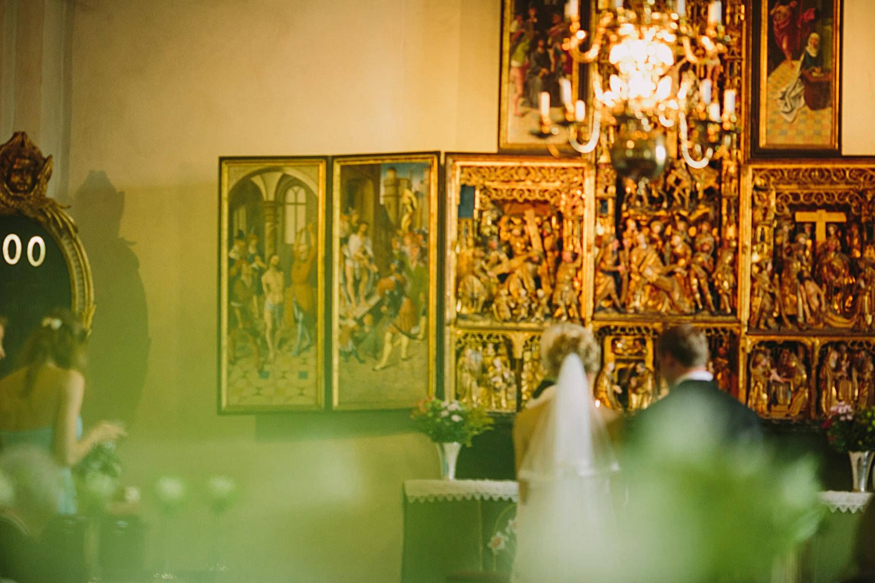 Blomdekorationer i mittgången i kyrkan