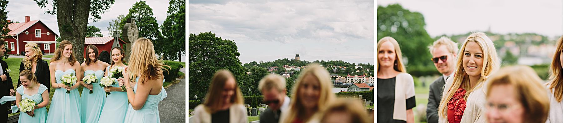 Gäster gratulerar brudparet med utsikt mot Gnesta