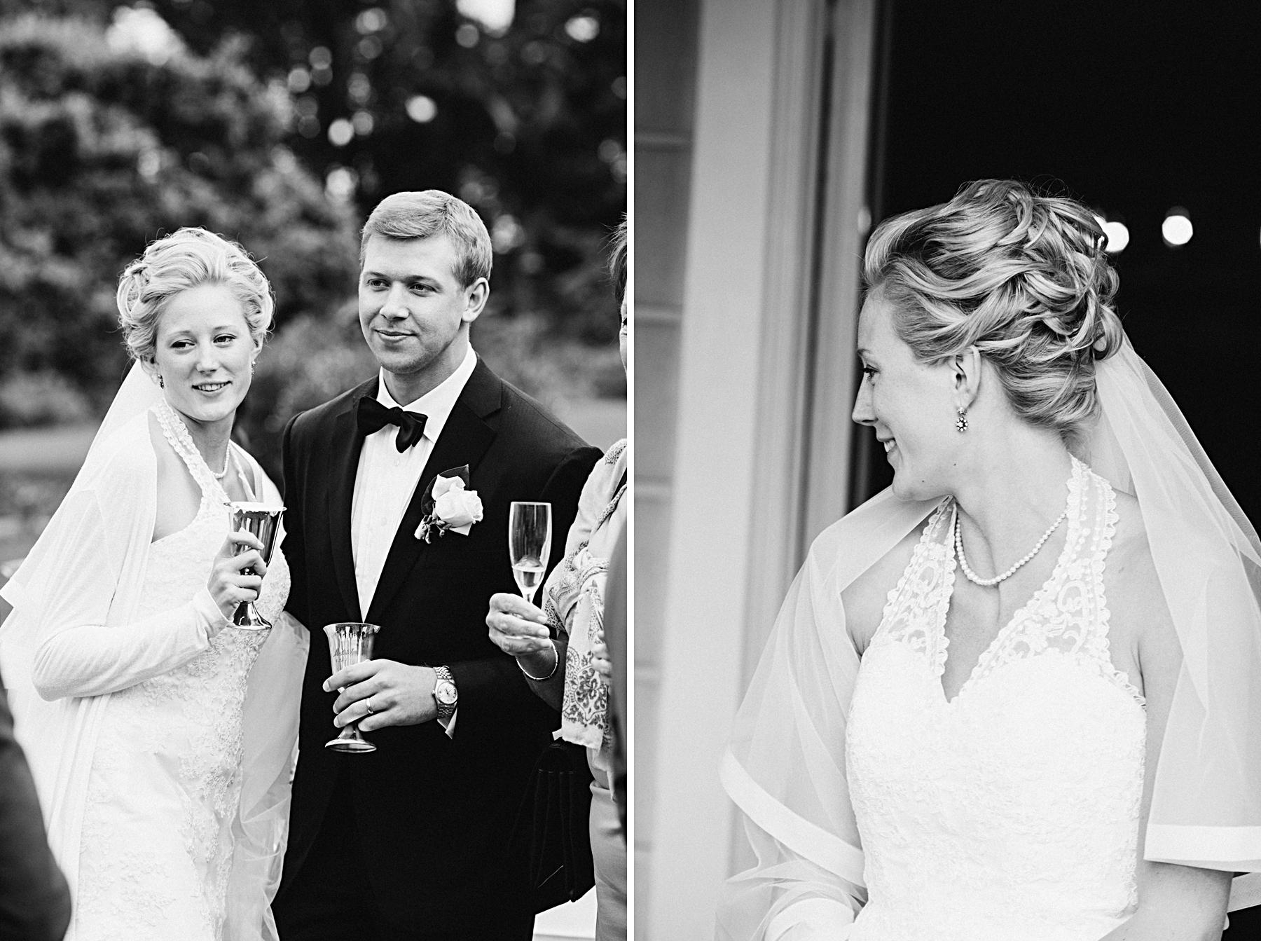 svartvitt spontant bröllopsporträtt på Södertuna Slott Gnest