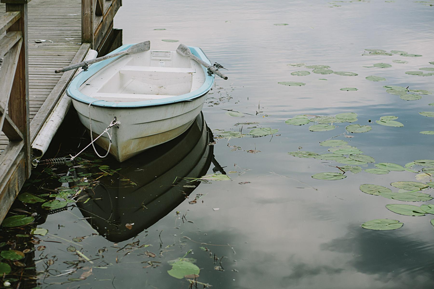 Roddbåten ligger redo vid Frösjön
