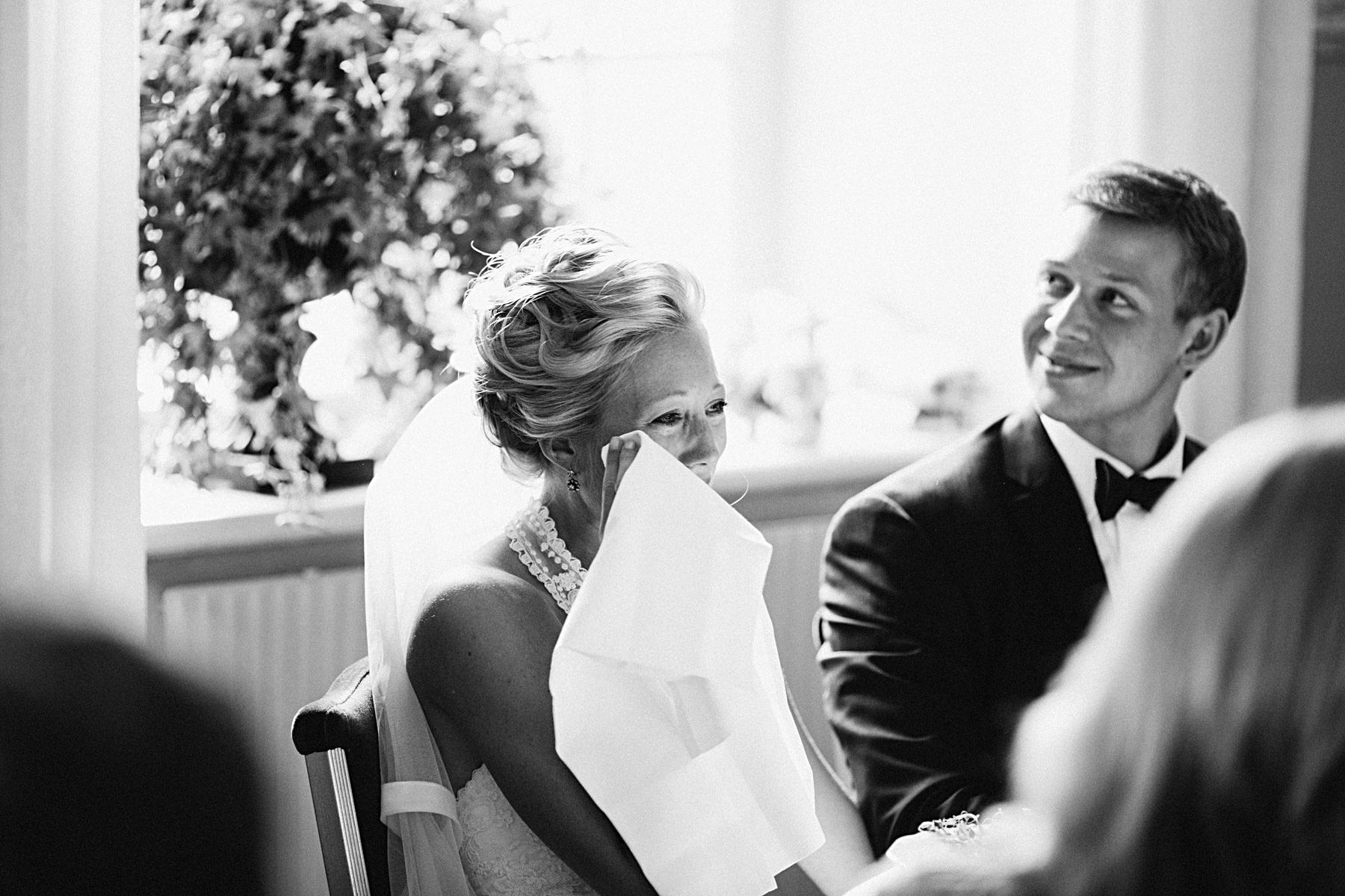 Bruden gråter efter tal i Annexet