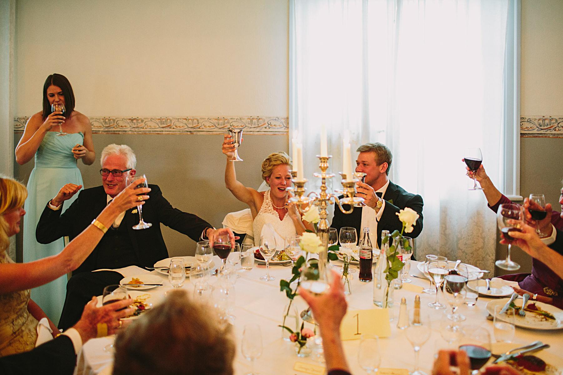 Skål och hurrarop under bröllopsmiddagne